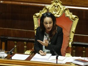 Alloggi popolari occupati senza titolo, sfrattata la madre di Paola Taverna