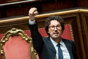 Clima caldo in Senato dopo approvazione decreto Genova. Toninelli alza il pugno